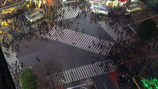 Voetgangers oversteken van de straat bij Shibuya kruising luchtfoto