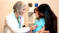 Kinderarzt Überprüfen der Herzschlag von ein junges Kind patient