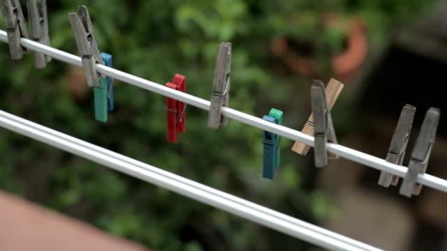 Pinnen op de waslijn.
