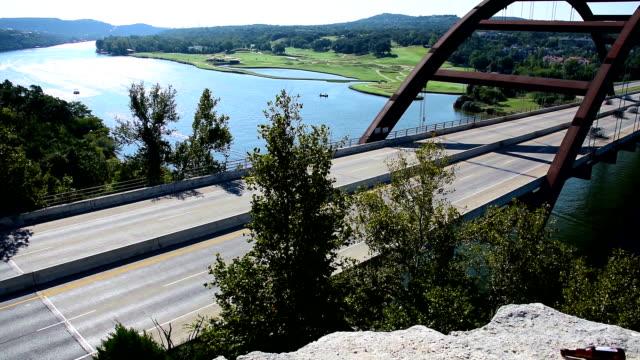 Pennybacker Bridge oder 360 Bridge Austin Texas Hill country Wahrzeichen Attraktion 2014 Zeitraffer-Autos fahren und Boote, Wellen entlang der Colorado river, die ganz auf den Verkehr auf der Straße