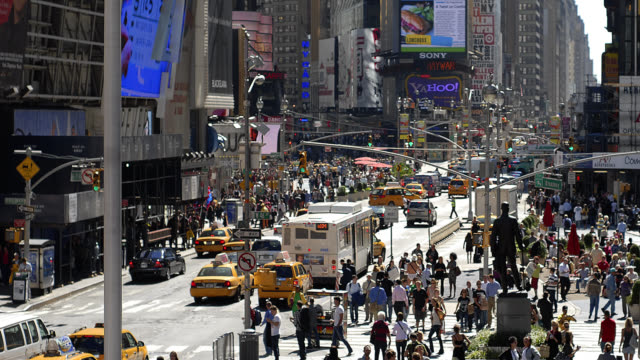 T/L WA HA People and traffic in Times Square / New York City