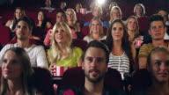 Menschen Beifall in Kino
