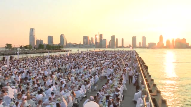 5000 people attend this years Diner en blanc Dinner in White in New York with the riverside location of the pop up picnic kept secret until the last...