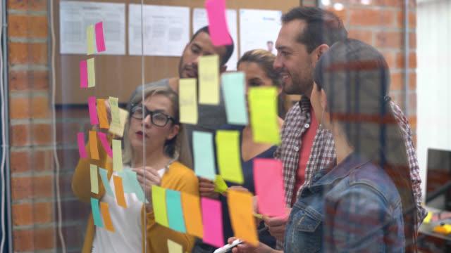 Mensen bij een creatief kantoor brainstormen