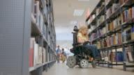 DS Personen durchsuchen Bücher auf Regal in der Bibliothek