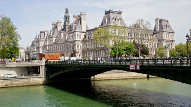 Mensen die een brug Over de rivier de Seine in Parijs, Frankrijk
