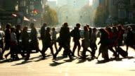 Mensen oversteken van de straat, real-time