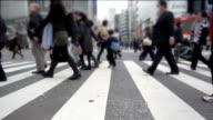 Mensen oversteken van de straat