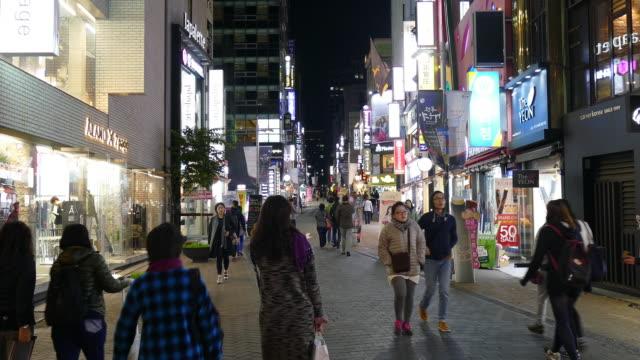 folk trängdes på Myeongdong Street Market