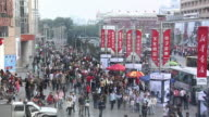 HS WS People crowding the shopping district of Wangfujing on Sunday afternoon/ Beijing, China
