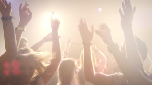 Menschen dacing in der disco