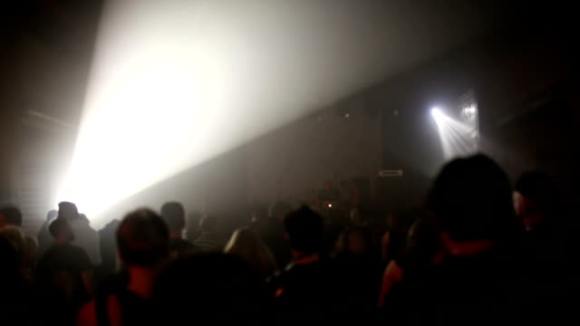 Persone ballare in discoteca club