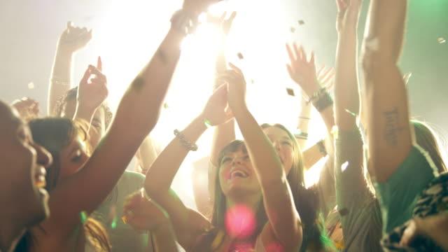 Persone ballare in discoteca