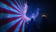 HD: Menschen Tanzen im Laserlicht