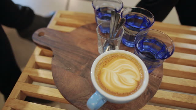 Menschen trinken Kaffee und hat gute Zeit.