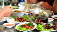 Persone di mangiare cibo tailandese nel ristorante