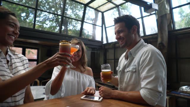 Mensen die de drankjes aan de bar bestrijden plezier en praten