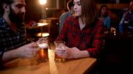 Mensen met plezier aan de bar