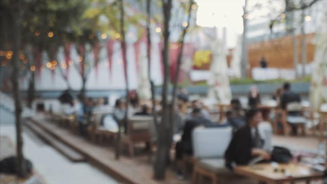 Leute, die Spaß auf der Terrasse des Restaurants.