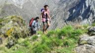 Persone escursionismo in montagna