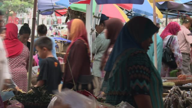 WS people in Kianggeh market Bandar Seri Begawan MS market people WS market with river in background WS market CU old woman in headscarf MS chilli...