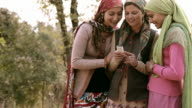 Persone di Himachal Pradesh: Bella giovane donna utilizzando il telefono cellulare