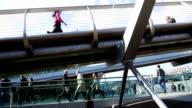 Menschen auf London Millennium Bridge Auffahrt Zeitraffer