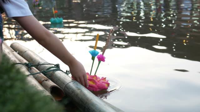 die Menschen beten für Flussgott in Loy Krathong fest