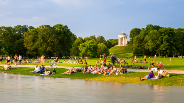 TL ZO People relaxing at Eisbach river in front of Monopteros in the English Garden in Munich