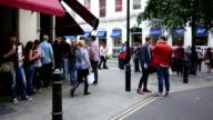 Persone rilassante presso London Pub (4 k Ultra HD/HD)