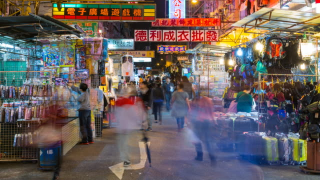 TL ZO People shopping in outdoor market in Sham Shui Po at night