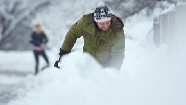HD: Menschen B. beim Schneeschaufeln