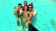 """Menschen, die sich immer häufiger """"selfies'am Swimmingpool."""