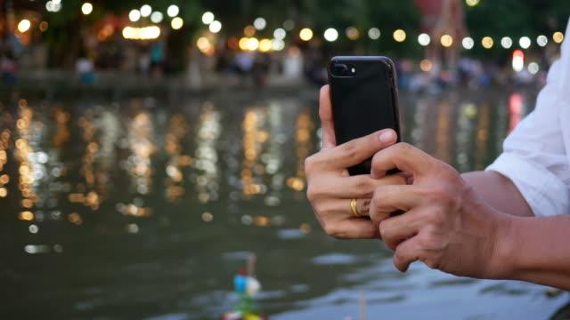 personer som använder telefonen för selfie i Loy Krathong festival