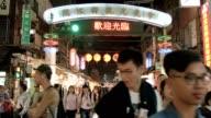 Mensen bezoeken Tonghua avondmarkt op 10 April 2017 in Taipei, Taiwan. De avondmarkt Tonghua is één van de oudste en populaire nacht