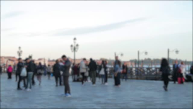 Die Menschen gehen auf Straßen in Venedig, Italien. Venedig ist eine Stadt