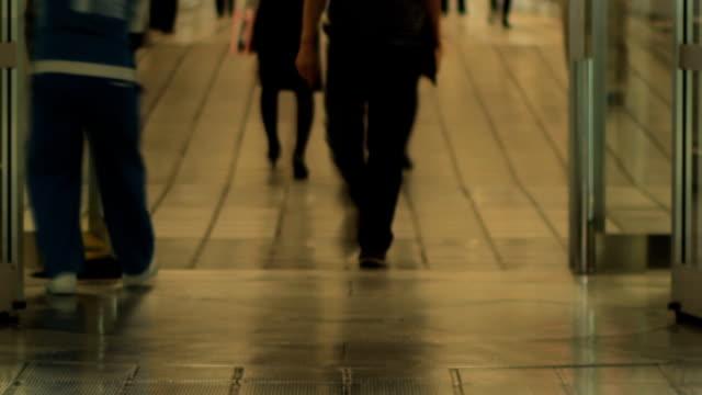 Menschen gehen durch Drehtür am Flughafen