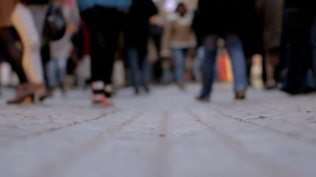 Persone a piedi intorno a livello di superficie vista telecamera