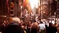 Menschen gehen in der belebten Straße in Manhattan