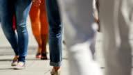 SLO MO Menschen gehen In der Einkaufsstraße