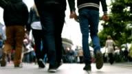 Menschen gehen In der Einkaufsstraße TL (4 k UHD zu/HD)