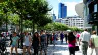Menschen gehen In der Einkaufsstraße (4 k UHD zu/HD)