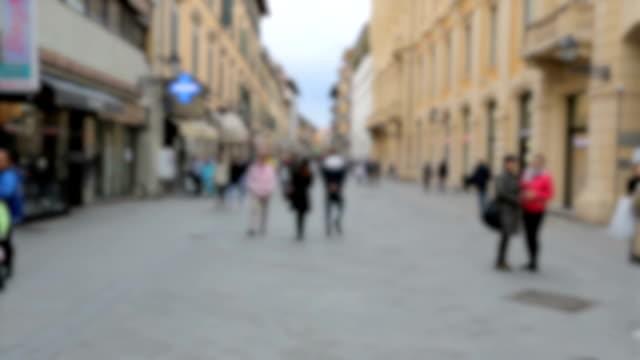 Passanten in der alten Stadt von Pisa.