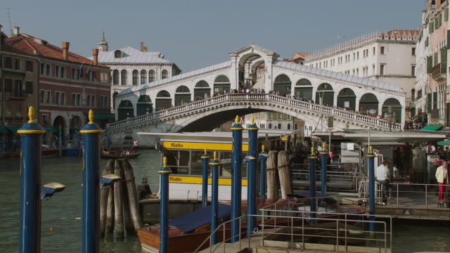 WS People walking on Rialto Bridge over / Venice, Italy