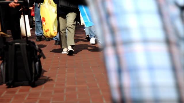 Menschen gehen auf Bürgersteig