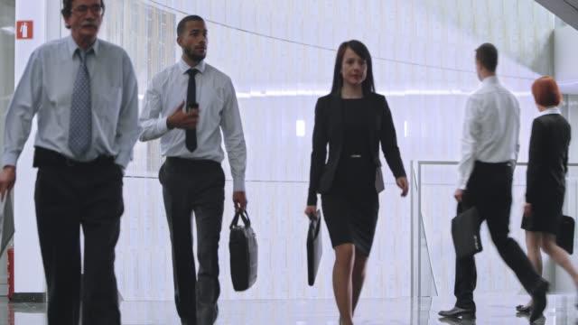 TU Gente cammina lungo e scala di affari edificio