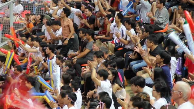 Mensen kijken naar een spel bij sportevenement.