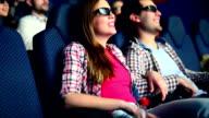 Menschen sehen Sie sich einen Film im Kino.
