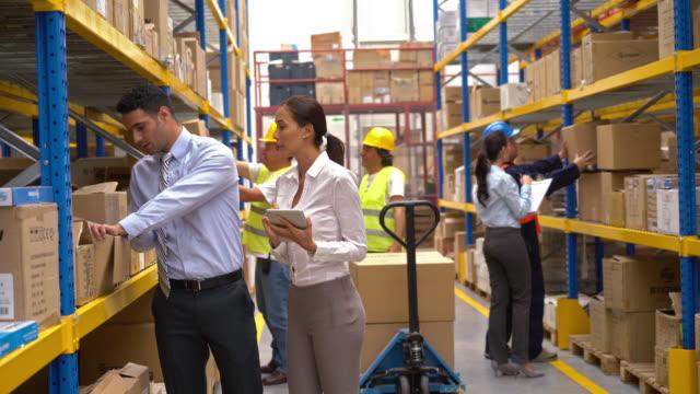Mensen die werken in een magazijn distributie