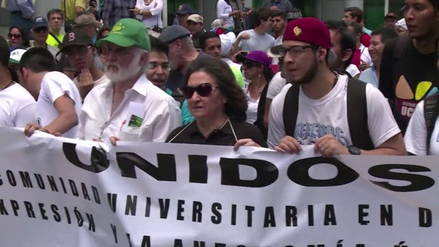 Periodistas y estudiantes de comunicacion venezolanos marcharon este viernes en Caracas para exigirle al gobierno de Nicolas Maduro respeto a la...